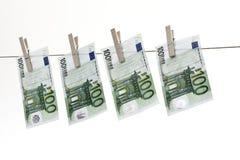 垂悬在晒衣绳的100张欧洲钞票 图库摄影