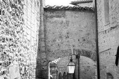 垂悬在曲拱下的街道灯笼 库存图片