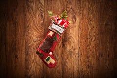 垂悬在木墙壁上的圣诞节长袜 免版税库存照片
