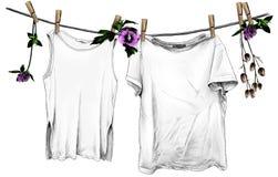 垂悬在木晒衣夹的亚麻制绳索的T恤杉和无袖的T恤杉 库存例证