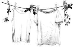 垂悬在木晒衣夹的亚麻制绳索的T恤杉和无袖的T恤杉 向量例证