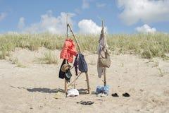 垂悬在木杆的衣裳在海滩 免版税图库摄影