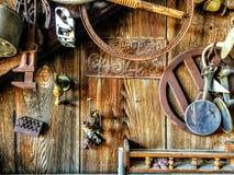 垂悬在木谷仓墙壁上的古董,艺术性,土气 库存照片
