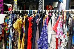 垂悬在机架的五颜六色的礼服 库存图片