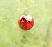 垂悬在杉树的圣诞节球 免版税库存照片