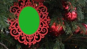 垂悬在杉树雪秋天的卷曲被雕刻的相框 被插入的绿色色度钥匙到红色框架里 空的照片 股票视频