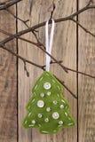 垂悬在枝杈的圣诞树装饰 免版税库存图片