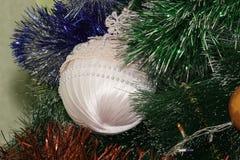 垂悬在树的圣诞树玩具 免版税库存照片