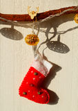 垂悬在树的圣诞节袜子 免版税库存图片