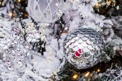 垂悬在树的圣诞节装饰品 图库摄影