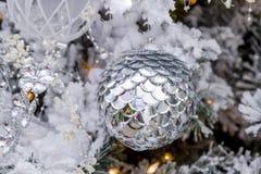 垂悬在树的圣诞节装饰品 免版税库存图片