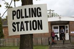 垂悬在树的投票站siign 免版税库存图片