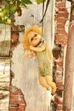 垂悬在树的玩偶 库存照片