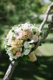 垂悬在树的白花美丽的婚姻的花束  免版税库存图片