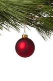 垂悬在树的红色圣诞节中看不中用的物品 免版税库存照片