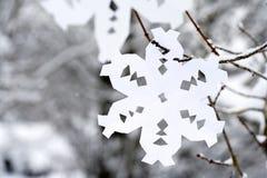 垂悬在树的纸雪花 库存图片