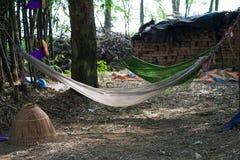 垂悬在树的老吊床在老杂乱乡下地方在越南 打破农夫的休息地方 库存图片