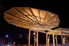 垂悬在桥梁的现代建筑机盖顶楼房屋 免版税库存图片