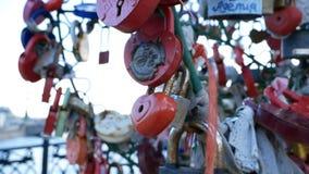 垂悬在桥梁的许多挂锁 影视素材