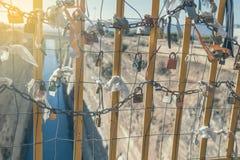 垂悬在桥梁2的挂锁 图库摄影