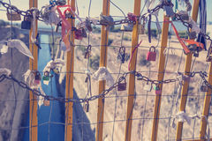 垂悬在桥梁3的挂锁 免版税库存图片