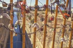 垂悬在桥梁4的挂锁 库存图片
