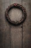 垂悬在橡木板条门- Vintag的简单的圣诞节枝杈花圈 图库摄影