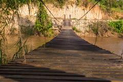 垂悬在河上的老木吊索brige在北泰国 免版税库存照片