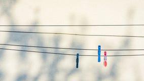 垂悬在洗涤的线的衣物别针 库存图片