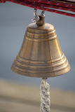 垂悬在游艇的古铜色响铃 库存照片