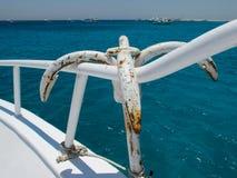 垂悬在游艇的扶手栏杆的船锚 图库摄影