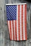 垂悬在灰色谷仓木头的美国国旗 免版税库存照片