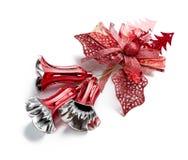 垂悬在白色的红色圣诞节铃声装饰 库存图片