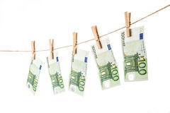 垂悬在白色背景的晒衣绳的100张欧洲钞票 免版税库存照片