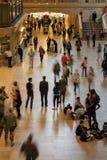 垂悬在盛大中央主要广场的大美国国旗  免版税库存照片