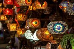垂悬在盛大义卖市场的多彩多姿的灯在伊斯坦布尔 库存图片