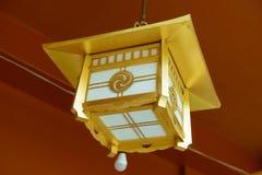 垂悬在神田Myojin寺庙的日本金黄灯笼在东京,日本 图库摄影