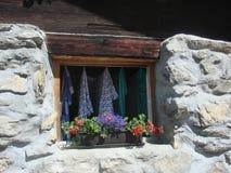 垂悬在窗口里的毛巾在瑞士 免版税库存照片