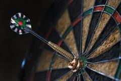 垂悬在箭箭头的两个婚戒 免版税库存图片