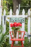 垂悬在篱芭的鲜花标志 库存图片