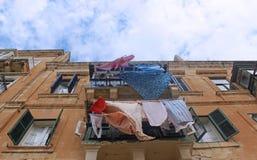 垂悬在线的五颜六色的衣裳阳台外 库存照片
