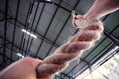 垂悬在绳索的少妇 免版税库存图片