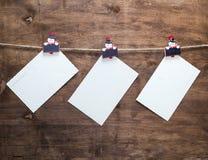 垂悬在绳索的纸葡萄酒明信片 免版税库存图片