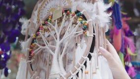 垂悬在绳索的Dreamcathers在艺术纪念品店 手工制造梦想cathers maded用不同的颜色 股票录像