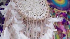 垂悬在绳索的Dreamcathers在艺术纪念品店 手工制造梦想cathers maded用不同的颜色 股票视频
