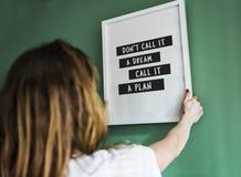 垂悬在绿色墙壁上的女孩一个框架 库存照片