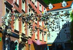 垂悬在老镇卢布尔雅那的鞋子 免版税库存图片