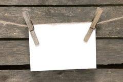 垂悬在背景木墙壁上的消息 库存照片