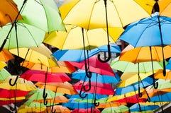 垂悬在胡同的五颜六色的伞 kosice斯洛伐克 免版税库存图片