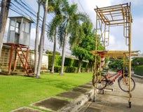 垂悬在脚手架的自行车在乡下村庄 免版税库存图片